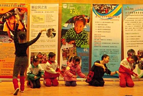 Volunteers dancing with 4 volunteering children, nice performance!